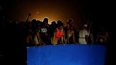 Equipos de rescate sacan a 394 migrantes de una embarcación peligrosamente abarrotada frente a Túnez