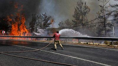 Sube a 8 número de muertos por incendios forestales en Turquía, centros turísticos en riesgo