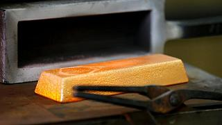 METALES PRECIOSOS-Precios del oro caen; mejora del apetito por el riesgo afecta a la demanda