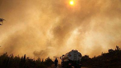 Incendios golpean a una Turquía afectada por la sequía mientras crecen las críticas