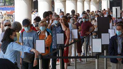 Solo qualche difficoltà per leggere documenti turisti stranieri