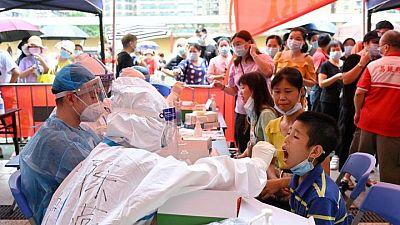 China registra cifra más alta de pacientes con COVID-19 del brote actual
