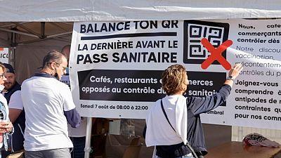 Manifestantes marchan en Francia contra normas de pase sanitario COVID-19