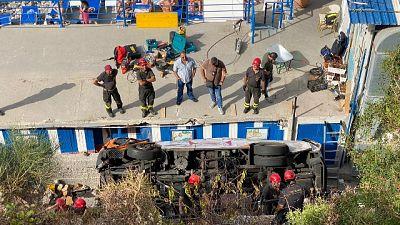 Vigili del fuoco al lavoro con mezzi speciali