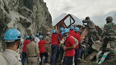 Un desprendimiento de tierra en el Himalaya indio deja 10 muertos y decenas de atrapados: autoridades