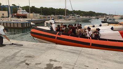 Erano su barca a vela soccorsa da Guardia costiera