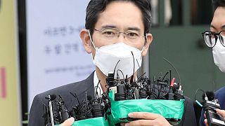 Flaco y arrepentido, el líder de Samsung sale de la cárcel bajo libertad condicional