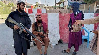 RESUMEN-Talibanes capturan dos grandes ciudades y extienden control sobre Afganistán