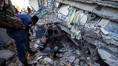Haitianos intentan rescatar a sobrevivientes en ruinas de gran terremoto