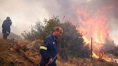 Incendios forestales avanzan a las afueras de Atenas, aldeas son evacuadas