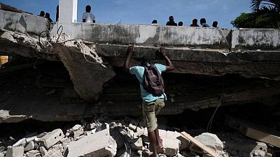 Tras terremoto, angustiados haitianos buscan ayuda médica en abarrotados hospitales