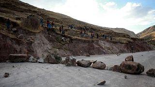 Pobladores reanudan bloqueo en corredor clave para mina de cobre Las Bambas en Perú