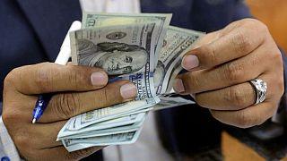 FOREX-Dólar opera cerca de máximos de 4 años y medio, apetito por el riesgo se enfría