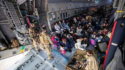 Evacuaciones toman impulso en Afganistán mientras los talibanes prometen la paz