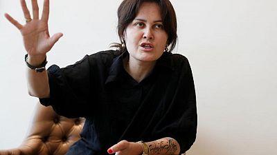 Directora de cine afgana relata su huida de Kabul