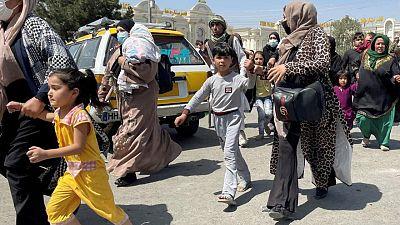 Ministro Relaciones Exteriores de Qatar dice que instó a talibanes a respetar derechos de mujeres