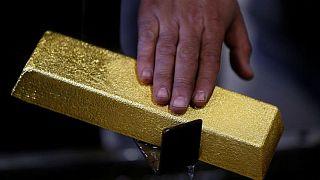 METALES PRECIOSOS-Oro se estabiliza, temor al virus contrarresta fortaleza del dólar