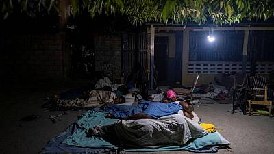 """Haitianos siguen contando muertos por el sismo, se preparan para """"días dolorosos"""""""