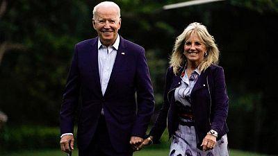 Biden dice que él y su esposa recibirán vacuna de refuerzo contra COVID-19: entrevista