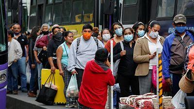México combate alza de casos de COVID-19 mientras muertes superan las 250,000