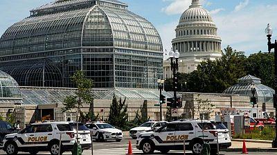 Policía rodea a un hombre que podría tener explosivos cerca del Congreso de EEUU