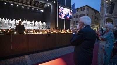 Il pubblico in piedi lo applaude, il capo dello Stato saluta