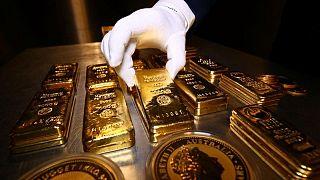 METALES PRECIOSOS-Precios del oro suben ante debilidad del dólar y preocupaciones por Delta
