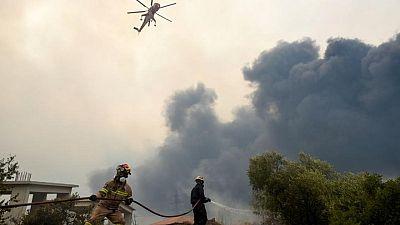 Evacuan pueblos en Grecia a medida que un incendio forestal se extiende cerca de Atenas