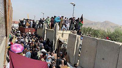 Restricciones en aeropuerto de Kabul bloquean suministros médicos para afganos: OMS