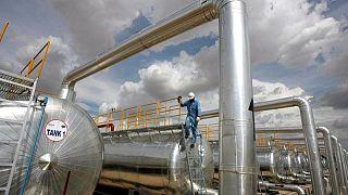 Precios del crudo suben tras declive de existencias en EEUU