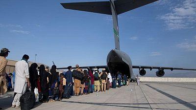 Al menos 13 muertos por una explosión fuera del aeropuerto de Kabul, dice funcionario talibán