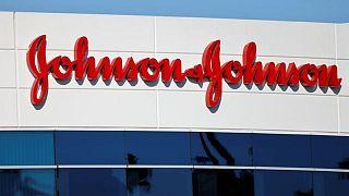 Juez de EEUU permite a J&J dividir los pasivos de talco de su negocio principal