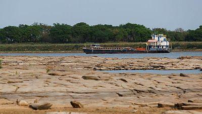 Histórica baja en el caudal de un río retrasa comercio exterior en Paraguay