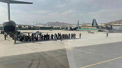 RESUMEN-EEUU ataca a Estado Islámico tras explosión en aeropuerto de Kabul