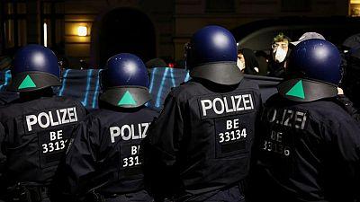 Policías y manifestantes se enfrentan mientras miles marchan en Berlín contra restricciones por COVID