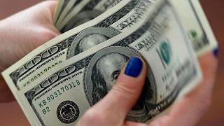 FOREX-Dólar se estabiliza cerca de mínimos de dos semanas ante cautela de la Fed