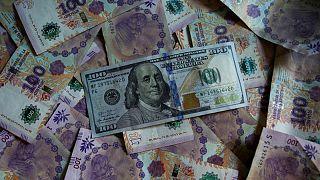 MERCADOS A.LATINA-Monedas operan con ganancias en medio de debilidad global del dólar
