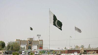 Con el aeropuerto cerrado, afganos temerosos se precipitan hacia la frontera