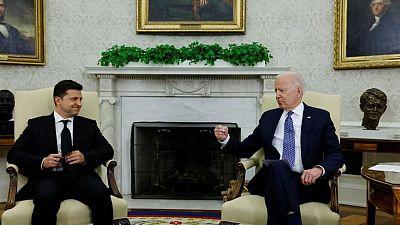 Biden promete el apoyo de EEUU en la primera reunión con el presidente de Ucrania