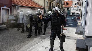 شاهد: اشتباكات بين شرطة الجبل الأسود ومتظاهرين ضد تنصيب رجل دين من الكنيسة الصربية