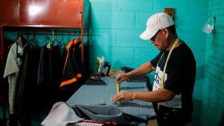 Familias migrantes, cautelosas ante adopción del bitcóin en El Salvador