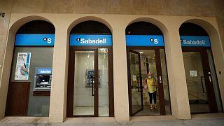 El Sabadell cerrará o reducirá su actividad en 496 sucursales en España