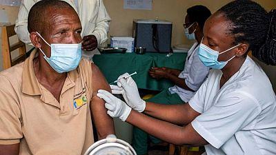 Unión Africana pide a países ricos que den vacunas al continente en vez de acumularlas para terceras dosis