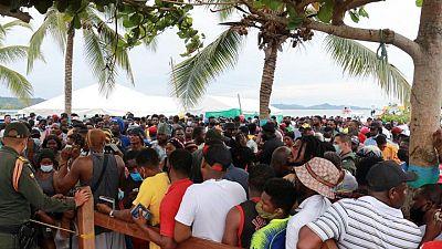 Migrantes con destino a EEUU siguen atrapados en pueblo costero de Colombia