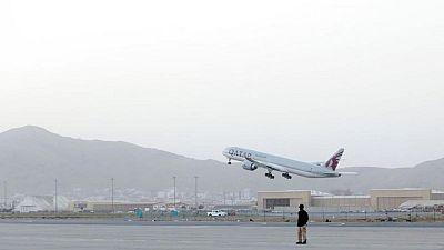 Vuelo con civiles sale de Kabul, señal de que aeropuerto vuelve a estar operativo