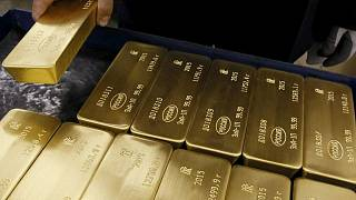 METALES PRECIOSOS-Oro avanza por caída del dólar, pero depende de pistas sobre movimientos de la Fed