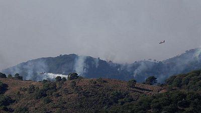 Los fuertes vientos y las altas temperaturas alimentan un incendio forestal en el sur de España
