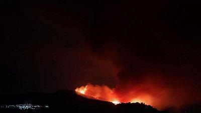 El incendio en el sur de España se prolonga mientras comienzan a regresar los evacuados
