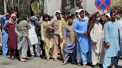 Un mes después de la caída de Kabul, la crisis económica acecha a los talibanes