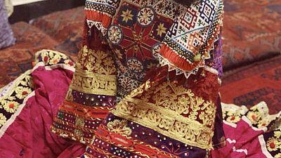 """""""Así nos vestimos"""": afganas en el extranjero posan con vestimentas coloridas"""